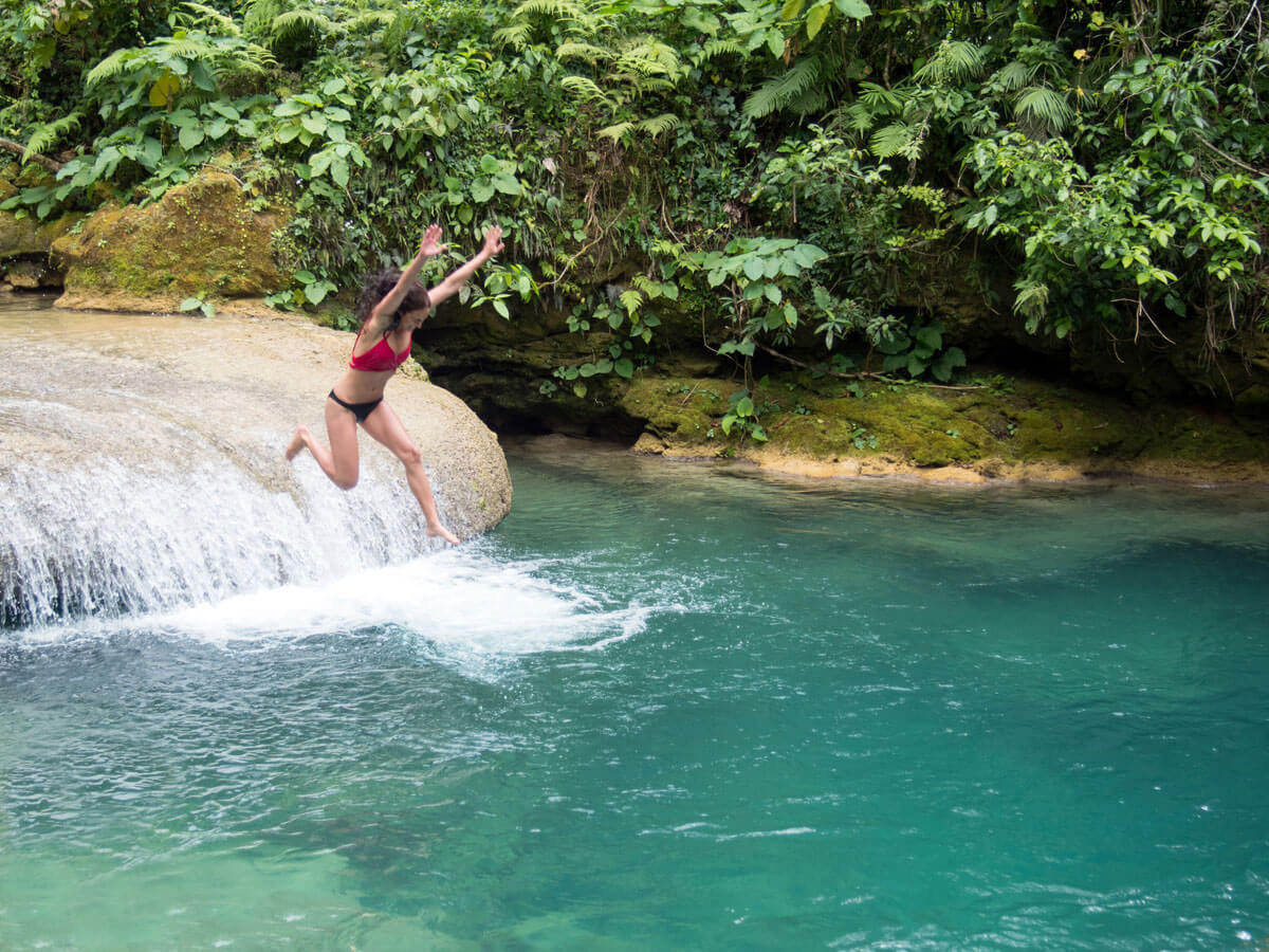 Baden beim El Nicho Wasserfall in Kuba