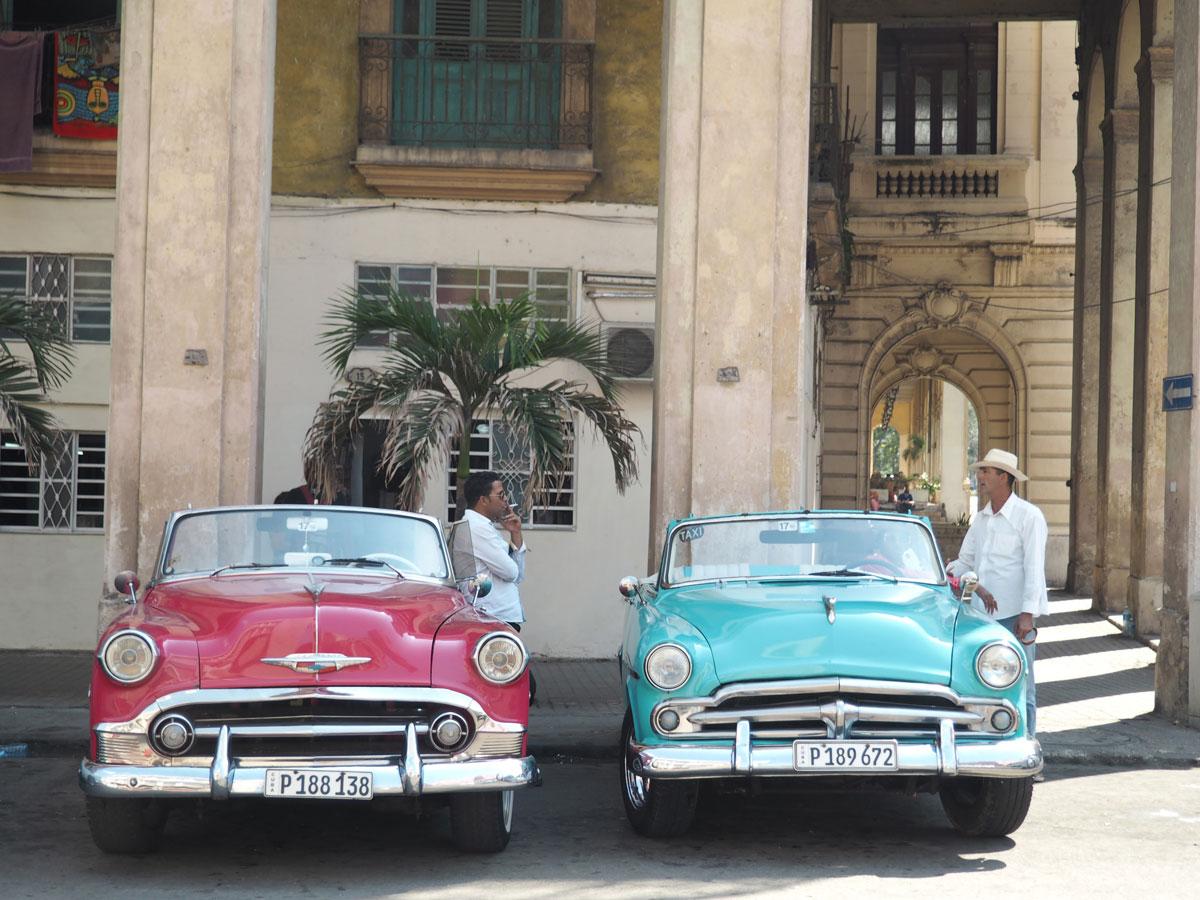 Havanna Sehenswertes Männer mit Oldtimer
