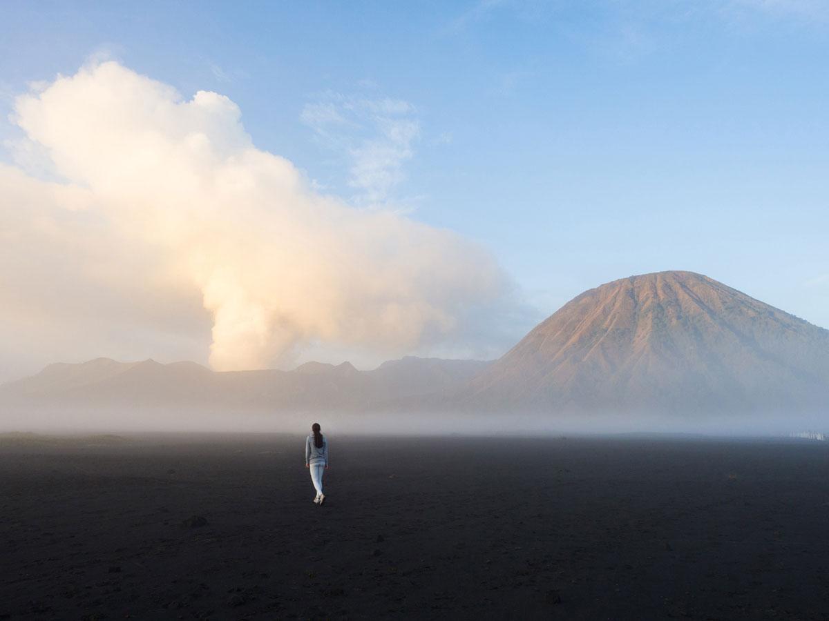bromo java sea of sands 12 - Sonnenaufgang und Sea of Sand beim Mt. Bromo - Wanderung auf eigene Faust