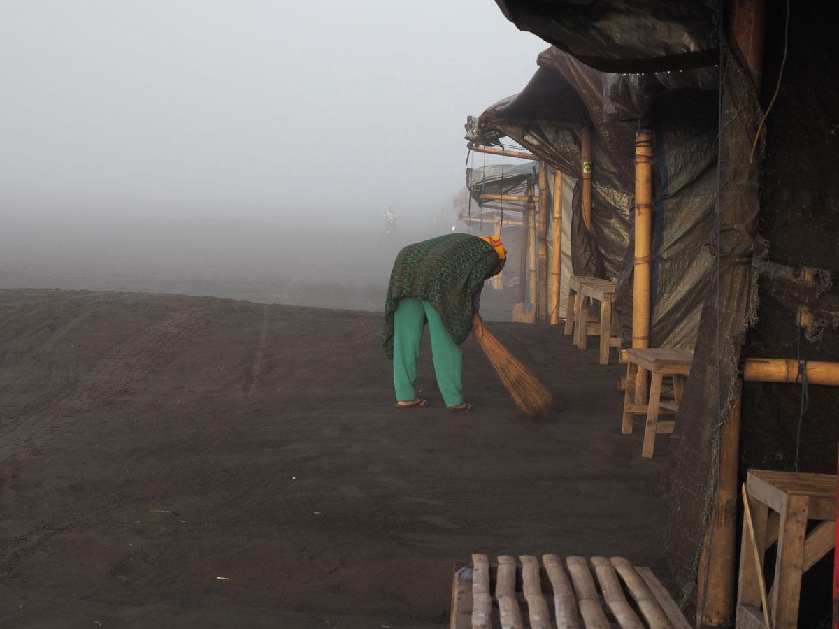 bromo java sea of sands 17 - Sonnenaufgang und Sea of Sand beim Mt. Bromo - Wanderung auf eigene Faust