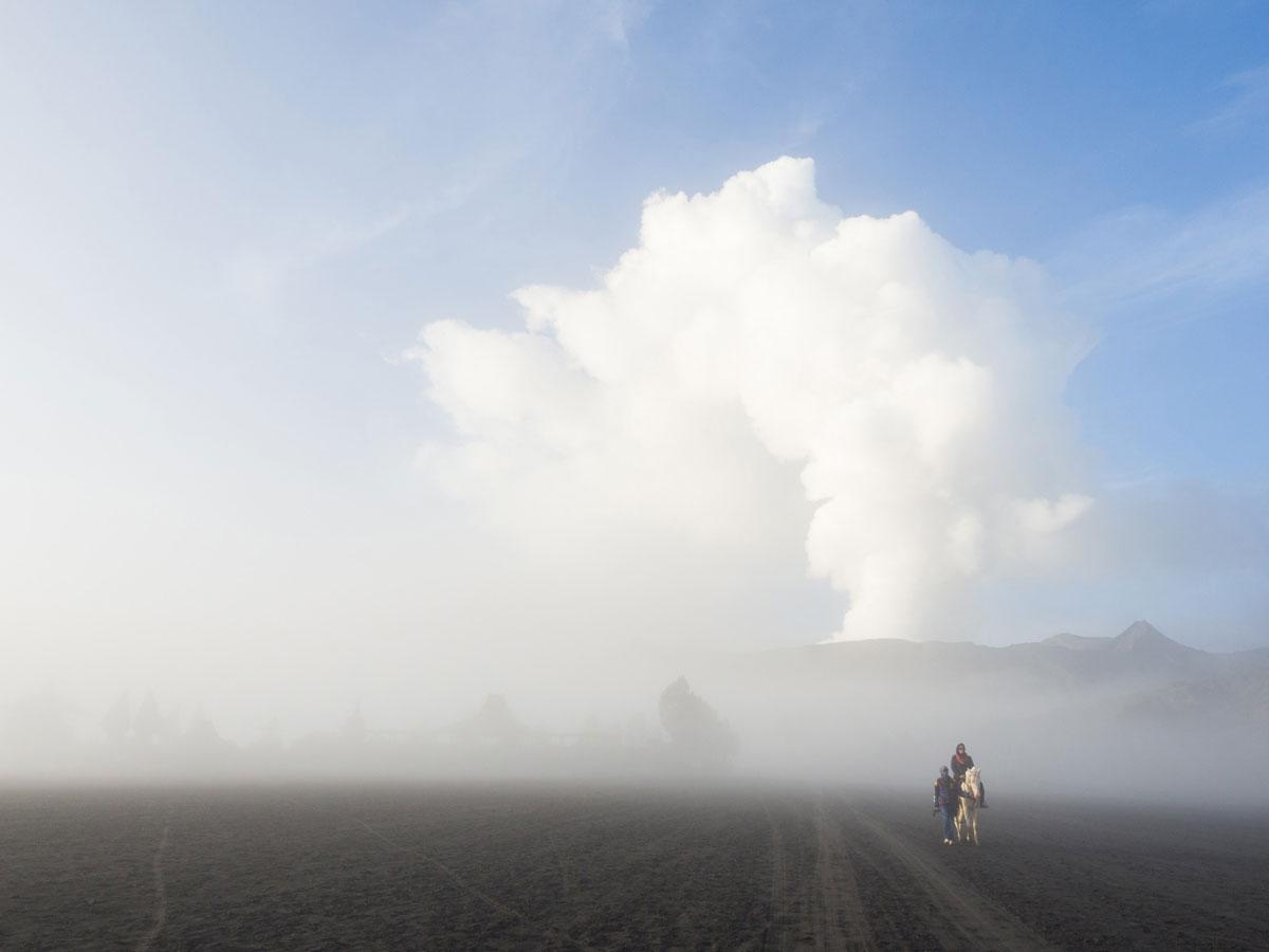 bromo java sea of sands 18 - Sonnenaufgang und Sea of Sand beim Mt. Bromo - Wanderung auf eigene Faust