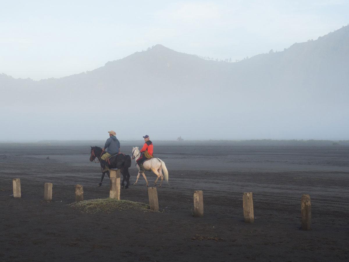bromo java sea of sands 9 - Sonnenaufgang und Sea of Sand beim Mt. Bromo - Wanderung auf eigene Faust
