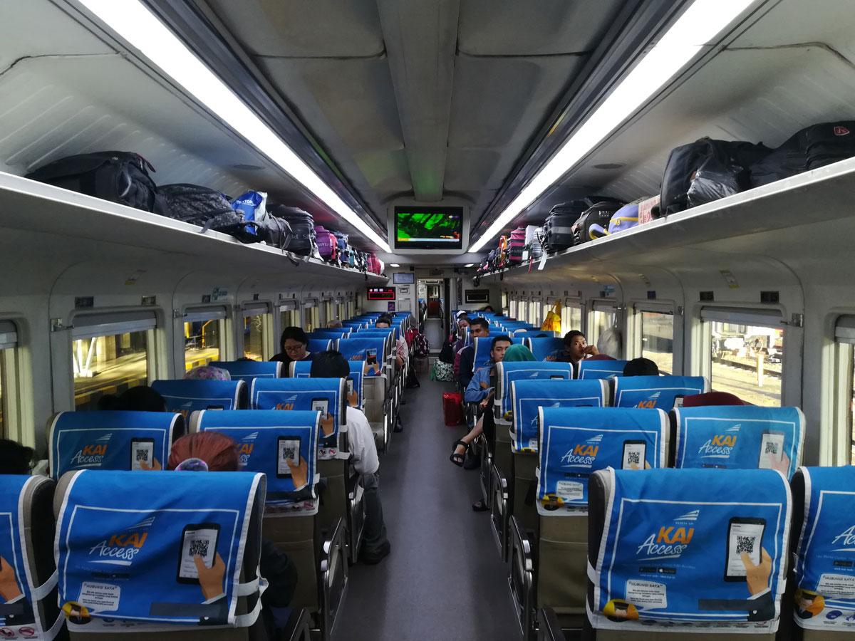 Zug innen auf der Insel Java, Indonesien