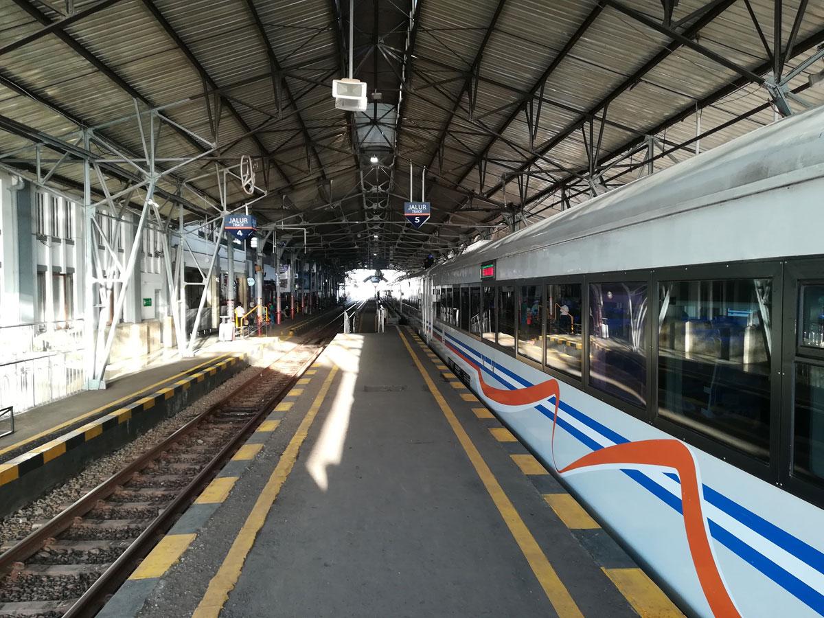 Zug fahren auf Java in Indonesien
