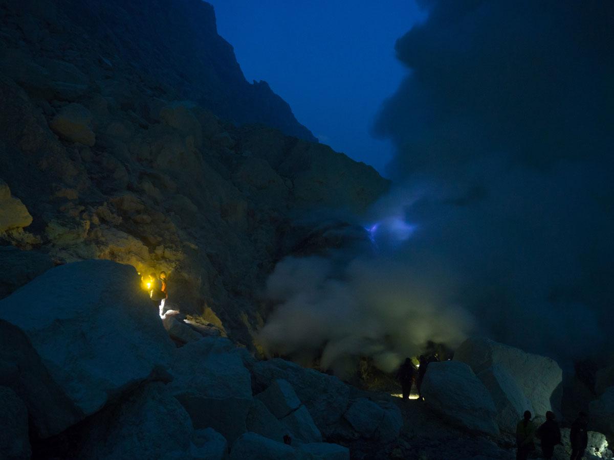 ijen java indonesien schwefelarbeiter 3 - (Deutsch) Blaue Feuer und Sonnenaufgang beim Mt. Ijen auf Java, Indonesien