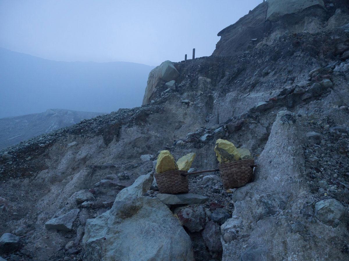 ijen java indonesien schwefelarbeiter 5 - (Deutsch) Blaue Feuer und Sonnenaufgang beim Mt. Ijen auf Java, Indonesien