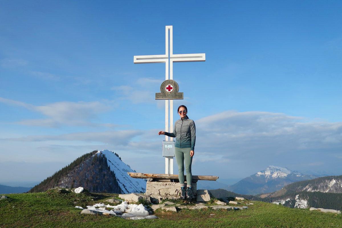 Gipfelkreuz der Loibersbacher Höhe mit Blick auf Faistenauer Schafberg