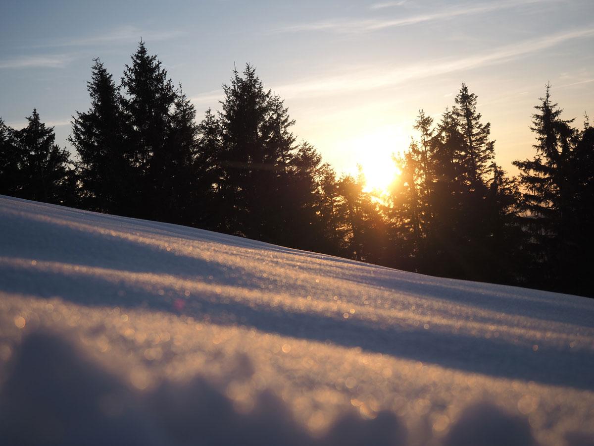 Sonnenuntergang am Berg im Winter