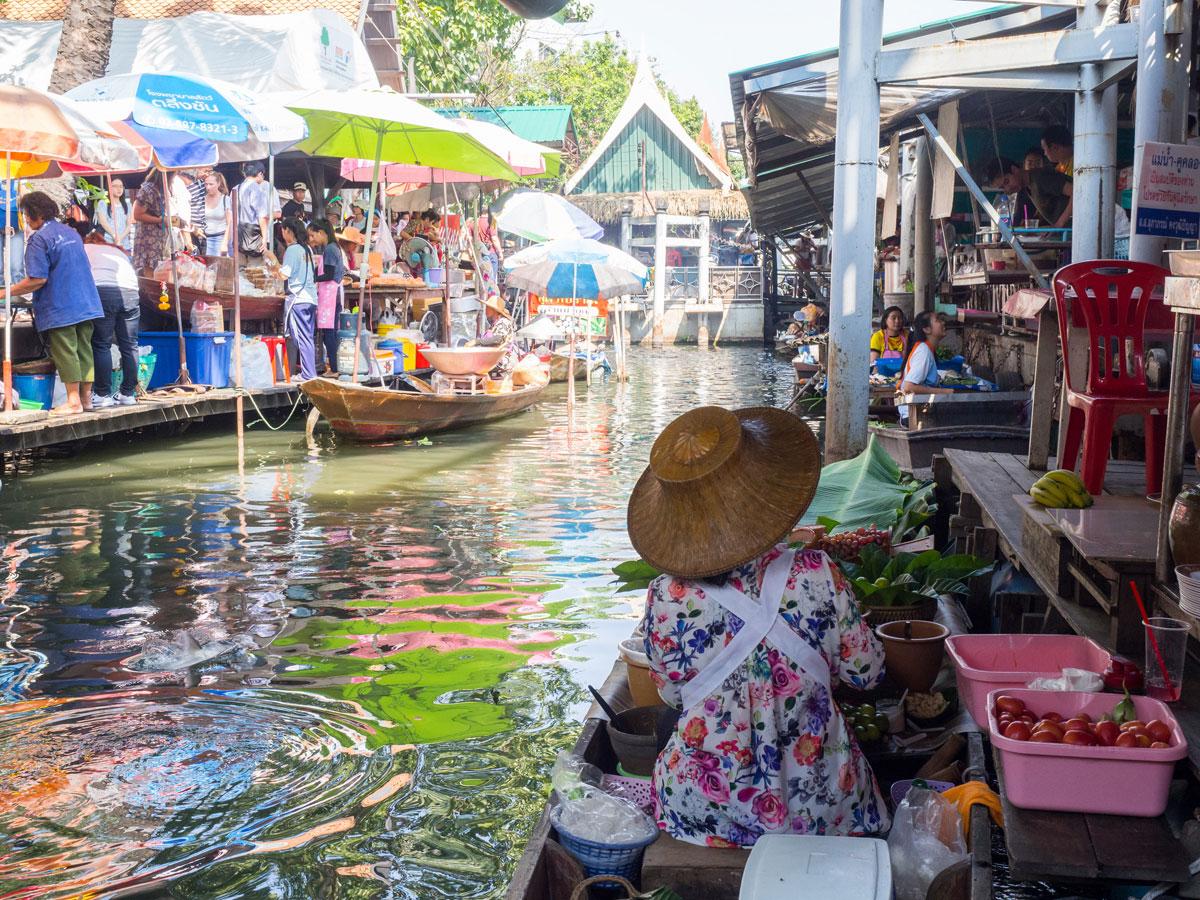bangkok reisetipps sehenswertes taling chan floating market 1 - Reiseguide Bangkok für Anfänger: Orte, die du bei deinem ersten Besuch sehen musst