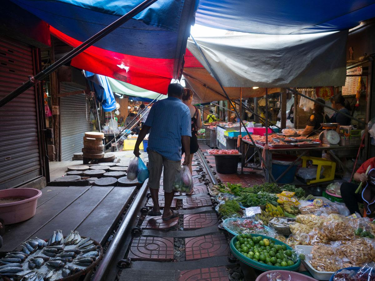 maeklong trainmarket bangkok reisetipps selbstfahrer 17 - Maeklong train market in Bangkok - How to self organise a tour