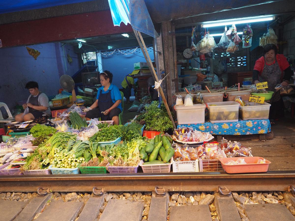 maeklong trainmarket bangkok reisetipps selbstfahrer 18 - Maeklong train market in Bangkok - How to self organise a tour