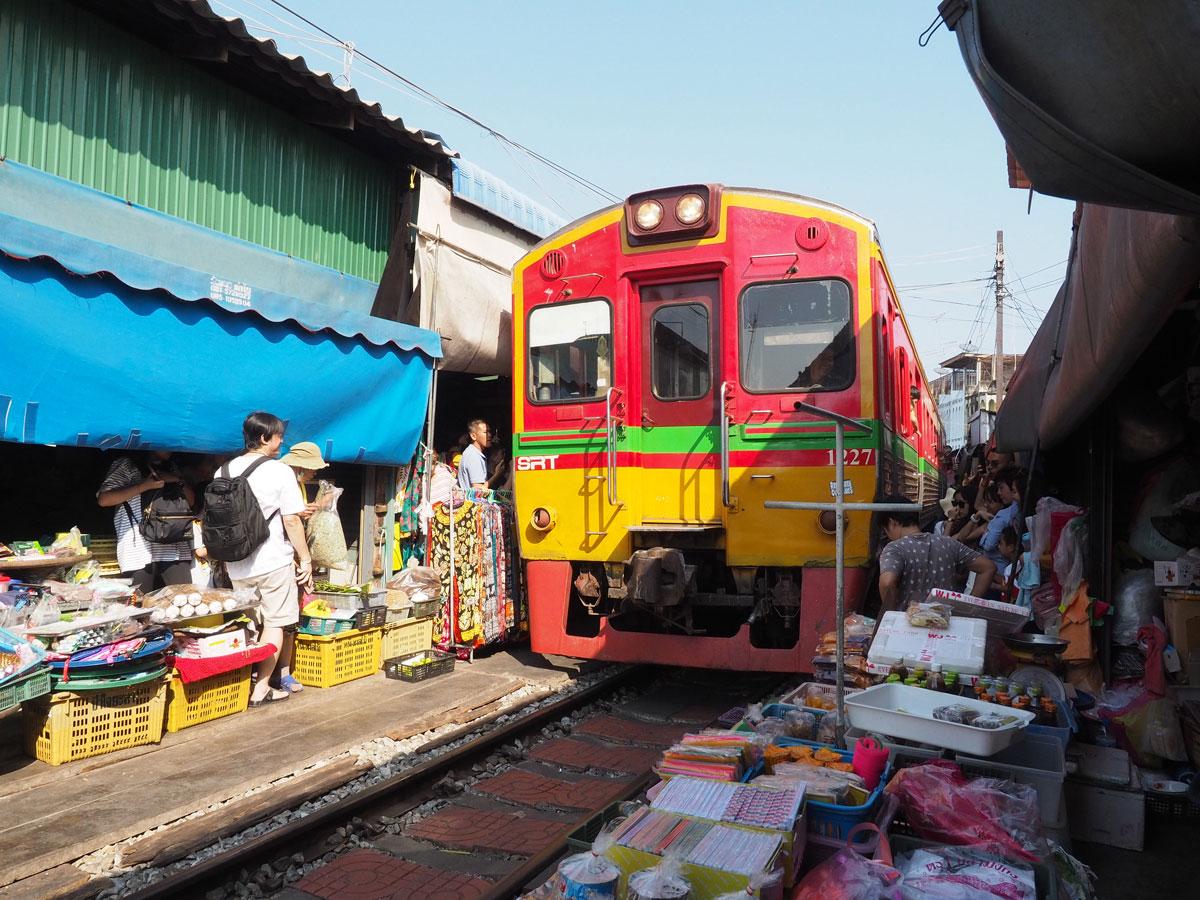 maeklong trainmarket bangkok reisetipps selbstfahrer 22 - Maeklong train market in Bangkok - How to self organise a tour