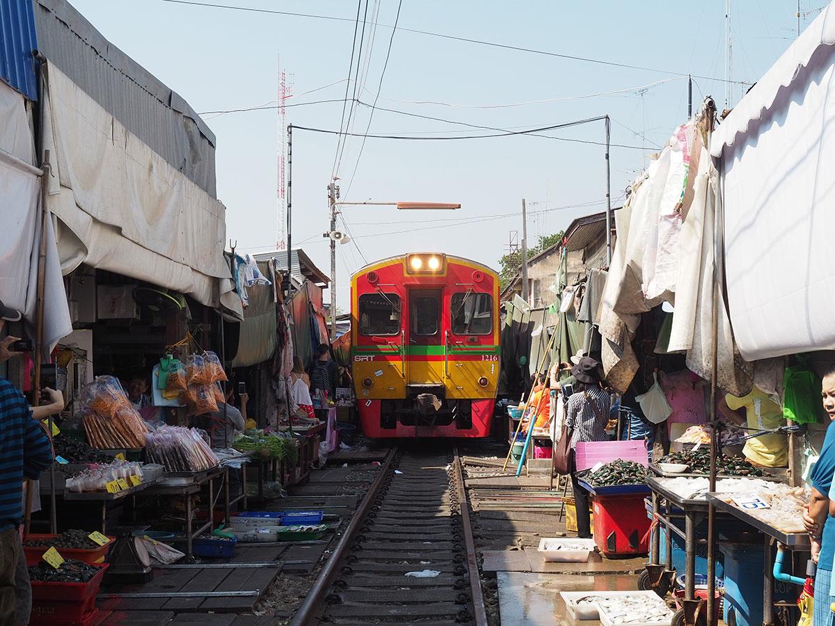 maeklong zugmarkt bangkok thailand auf eigene faust - Reiseguide Bangkok für Anfänger: Orte, die du bei deinem ersten Besuch sehen musst